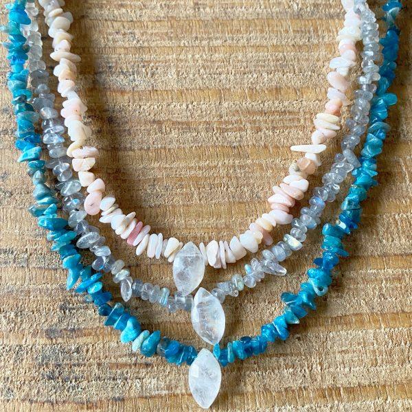 bienfaits des pierres: pierre de lune, opale rose, apatite, labradorite